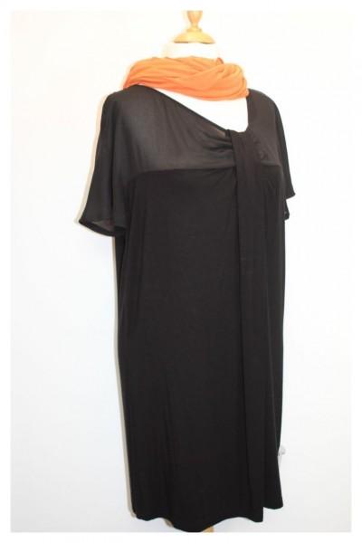 Schwarzes Jerseykleid mit Raffung am Ausschnitt