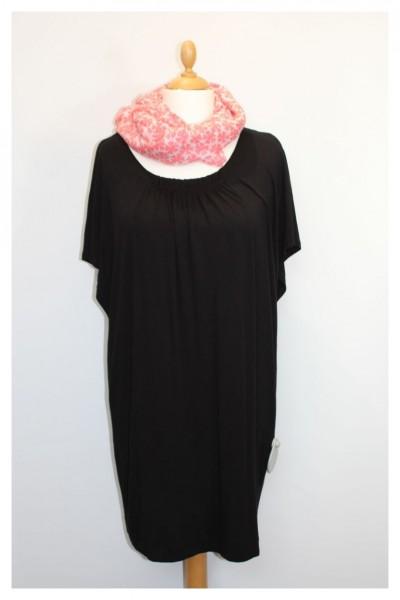 Schwarzes Kleid mit kurzem Fledermausarm